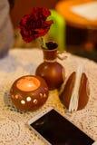 Tabella in caffè con il fiore e la candela fotografia stock