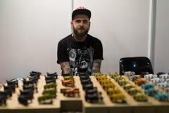 Tabella con differenti macchine del tatuaggio da vendere Fotografie Stock Libere da Diritti