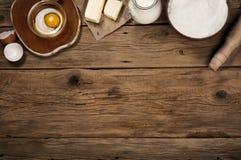 Tabella con gli ingredienti di cottura Immagini Stock