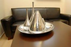 Tabella con i decantatori d'argento Fotografia Stock Libera da Diritti