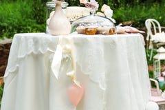 Tabella con i dolci e stare delicato delle decorazioni fotografie stock