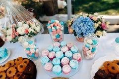 Tabella con i dolci nel colore azzurro Immagine Stock Libera da Diritti