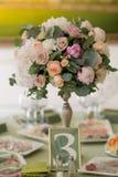 Tabella con i fiori messi per un partito di evento o una ricezione edding di w, Fotografia Stock Libera da Diritti