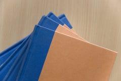 Tabella con i libri Fotografie Stock