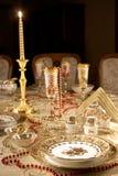 Tabella con i piatti dell'oro Fotografia Stock Libera da Diritti