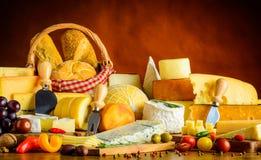 Tabella con i prodotti del formaggio Fotografia Stock Libera da Diritti