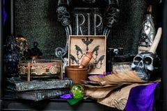 Tabella con i puntelli rituali immagine stock