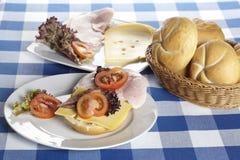 Tabella con i rotoli del formaggio e del prosciutto Fotografia Stock Libera da Diritti
