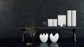 Tabella con i vasi e le candele bianchi nella stanza scura Fotografia Stock Libera da Diritti