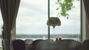 Tabella con i vetri di vino della disposizione di nozze archivi video