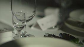Tabella con i vetri di vino della disposizione di nozze video d archivio