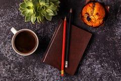 Tabella con il blocco note, il fiore ed il caffè Fotografia Stock