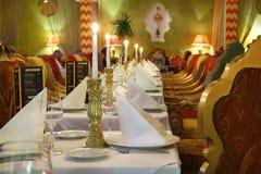 Tabella con il servizio e presidenze in ristorante di lusso Fotografia Stock