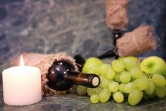 Tabella con l'uva della bottiglia di vino Immagini Stock Libere da Diritti