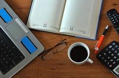 Tabella con la compressa, il telefono ed il PC Fotografie Stock