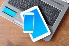 Tabella con la compressa, il telefono ed il PC Fotografia Stock