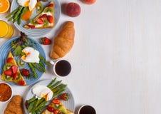 Tabella con la prima colazione, vista superiore Immagine Stock