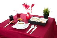 Tabella con la tavola servita con la prima colazione e la bevanda, rosso della tovaglia, coltelleria Chiuda su, dell'interno immagine stock libera da diritti