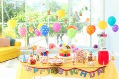 Tabella con la torta di compleanno e gli ossequi deliziosi fotografie stock libere da diritti