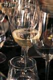 Tabella con molti vetri di vino bianco Fotografie Stock Libere da Diritti