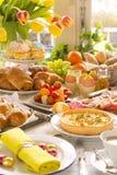 Tabella con specialità gastronomiche pronte per il brunch di Pasqua immagine stock