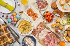 Tabella con specialità gastronomiche pronte per il brunch di Pasqua fotografia stock