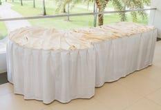 Tabella decorata con la tovaglia bianca Immagini Stock Libere da Diritti