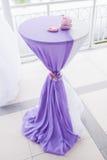 Tabella decorata con tessuto Immagini Stock