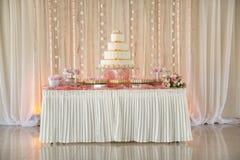 Tabella del dessert di nozze con i fiori Fotografie Stock
