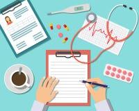 Tabella del dottore Working At The in clinica Immagine Stock Libera da Diritti