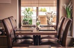 Tabella del ristorante con il ` s del menu e dei sedili Fotografie Stock Libere da Diritti