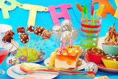 Tabella della festa di compleanno con i dolci per il bambino Fotografie Stock