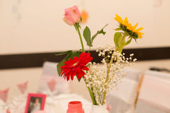 Tabella di affari con i fiori Immagini Stock Libere da Diritti