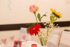 Tabella di affari con i fiori Immagine Stock