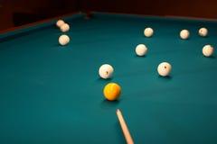 Tabella di biliardo - giocando. Fotografie Stock