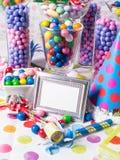 Tabella di buffet della stazione della caramella della festa di compleanno immagini stock