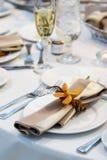 Tabella di cerimonia nuziale con l'orchidea Immagine Stock