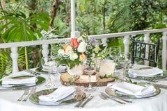 Tabella di cerimonia nuziale decorata immagine stock
