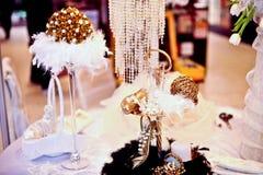 Tabella di cerimonia nuziale decorata con gli accessori di lusso   Fotografia Stock Libera da Diritti