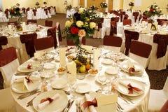 Tabella di cerimonia nuziale nell'interiore della sala da ballo di banchetto Immagini Stock