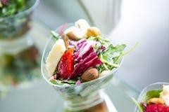 Tabella di evento di nozze dell'alimento di approvvigionamento Linea del buffet nelle nozze Primo piano delizioso dell'aperitivo fotografia stock