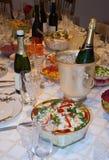 Tabella di festa con alimento e vino Fotografia Stock Libera da Diritti