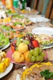Tabella di festa con alimento saporito Fotografie Stock Libere da Diritti