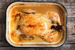 Tabella di legno al forno dell'intero pollo Fotografia Stock