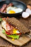 Tabella di legno con bacon e le uova Fotografia Stock Libera da Diritti