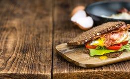Tabella di legno con bacon e le uova Immagine Stock Libera da Diritti
