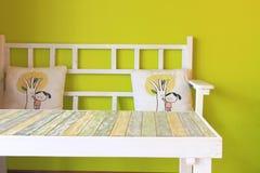 Tabella di legno con la parete verde Fotografie Stock Libere da Diritti