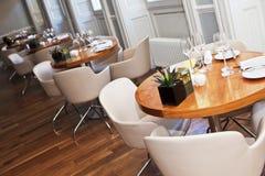 Tabella di legno rotonda in ristorante Fotografia Stock