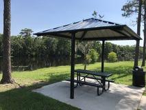 Tabella di picnic Benche con la copertura del tetto Immagine della foto fotografie stock
