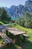Tabella di picnic con la vista del lago Fotografia Stock Libera da Diritti